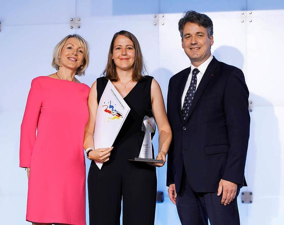 BZ-Redakteurin Anika Maldacker (Mitte) bei der Preisverleihung  | Foto: DFJP/Thomas Koehler/photothek.net