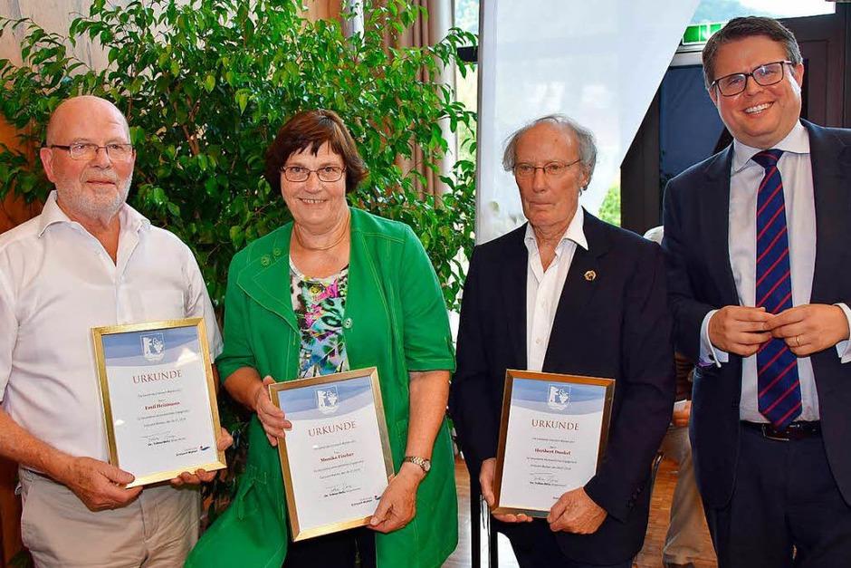 Für ihr besonderes ehrenamtliches Engagement wurden v.l.n.r. Emil Heizmann, Monika Fischer und Heribert Dunkel von Bürgermeister Tobias Benz geehrt (rechts im Bild). (Foto: Heinz u. Monika Vollmar)