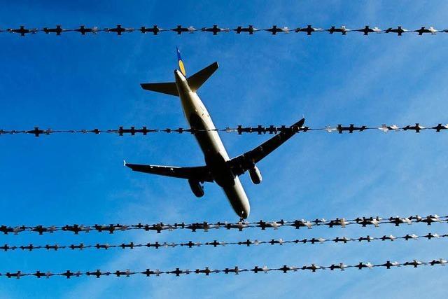 Verspäteter Fluggast springt über Airport-Zaun – 500 Euro Strafe
