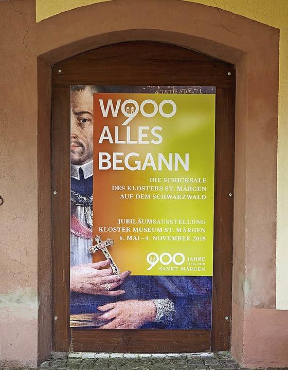 Ein Transparent weist auf die Ausstellung hin.  | Foto: Susanne Gilg