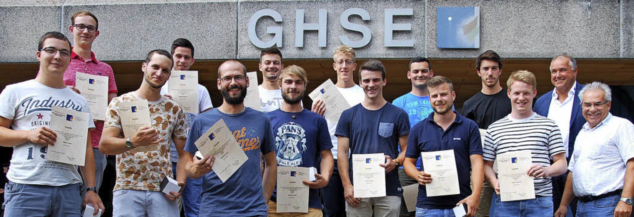 Die Preisträger unter den Berufsschula... Prüfungskoordinator Karlheinz Kleile.  | Foto: GHSE