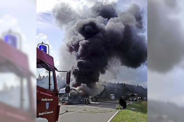 Pferdetransporter brennt auf der B 315 vollständig aus