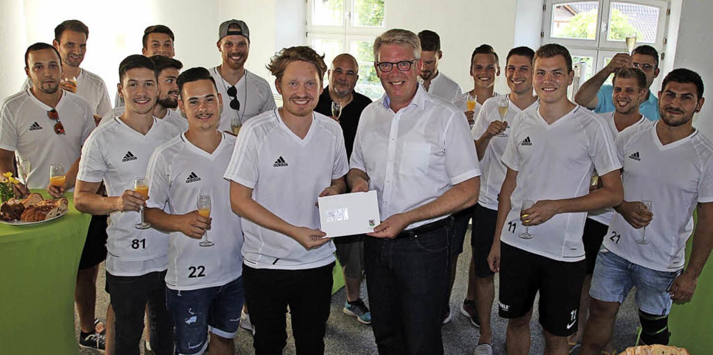Bürgermeister Christian Riesterer (Mit...eine Spende für die Mannschaftskasse.   | Foto: Mario Schöneberg
