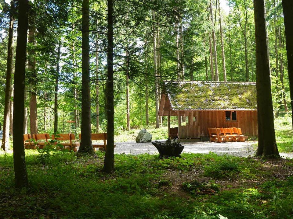 Der Andachtsort im Wittnauer Ruhewald mit Hütte, Platz und Bänken  | Foto: Anne Freyer