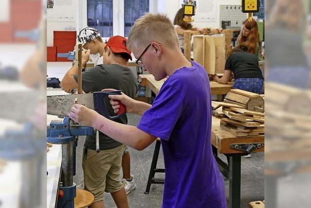 Schüler bauen Wasserräder aus Holz