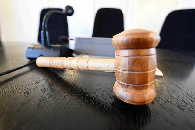 Sohn schneidet Vater fast Hals ab – Staatsanwalt fordert mehrjährige Haftstrafe