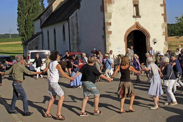 Barocktanzkurs vor der Kirche