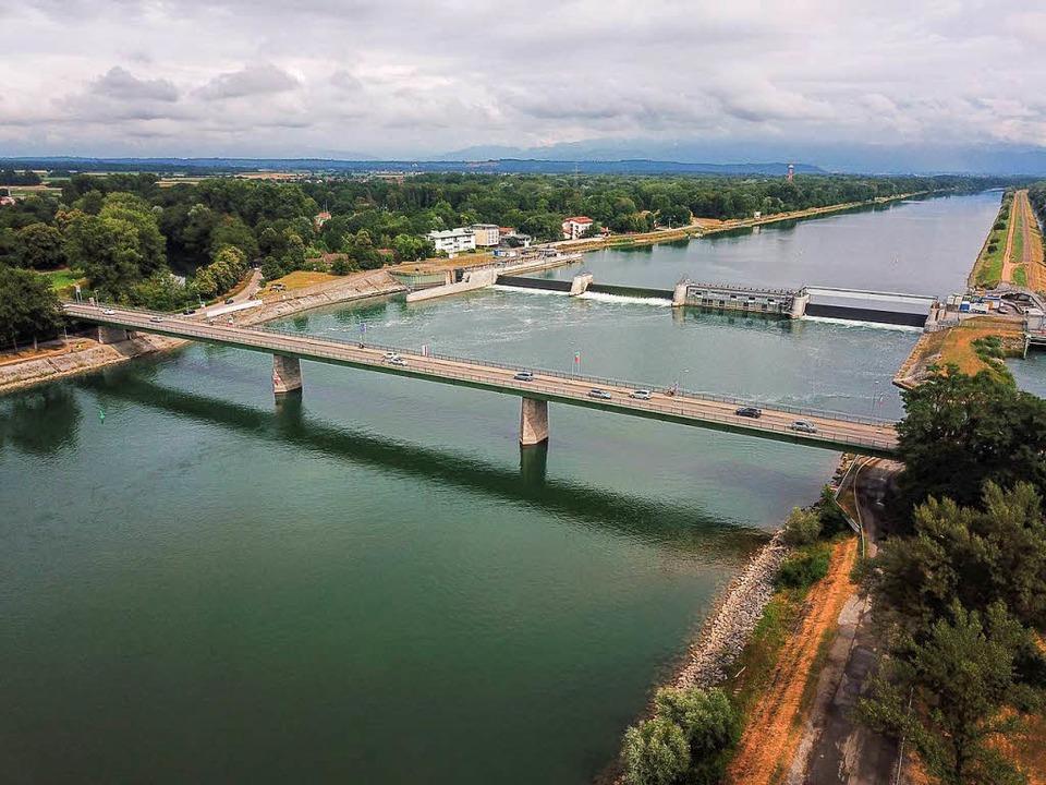 Bislang können nur Autos den Rhein bei...üsste eine neue Brücke gebaut werden.   | Foto: Patrick Kerber