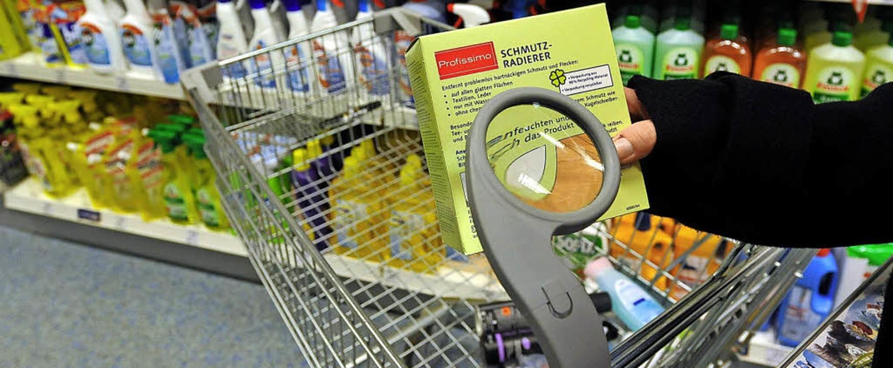 Die Lesehilfe ist ein Beitrag zum generationenfreundlichen Einkauf.     Foto: Jochen Lübke (dpa)