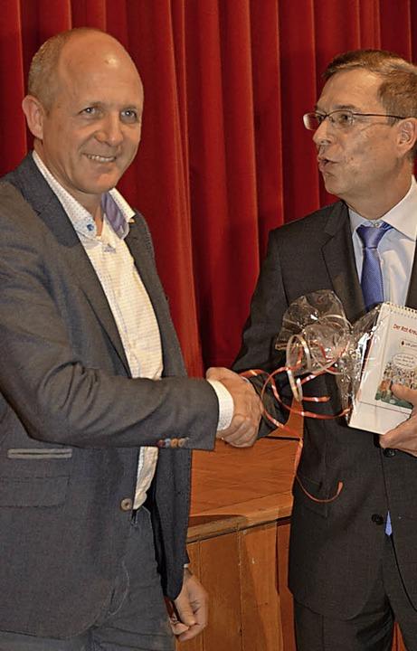 Jochen Hilpert (links) wird von Hanno Hurth verabschiedet.    Foto: Benedikt Sommer