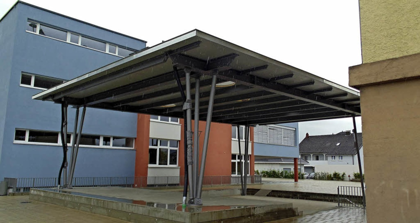 Die Pausenhofüberdachung zwischen Alt- und Neubau der Murgtalschule ist fertig.   | Foto: Michael Gottstein