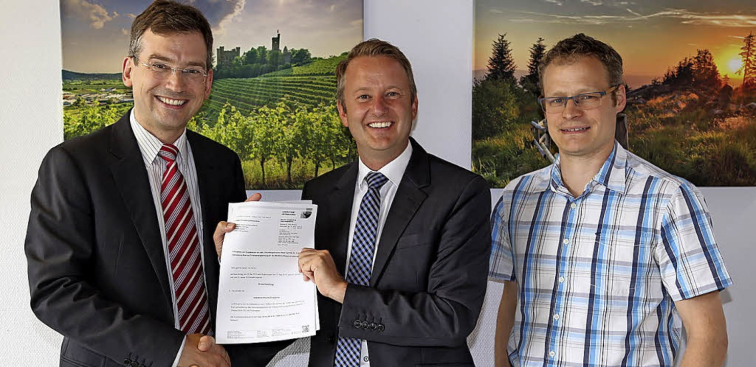 Am Ziel:  Erster Landesbeamte Nikolas ...ms Bürgermeister Pascal Weber (Mitte).  | Foto: Landratsamt