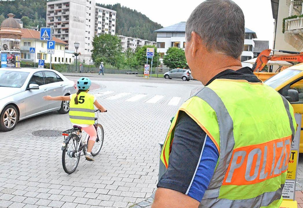 Alles richtig gemacht: Ein Polizist be...rin bei ihrer Fahrt durch St. Blasien.  | Foto: Sebastian Barthmes