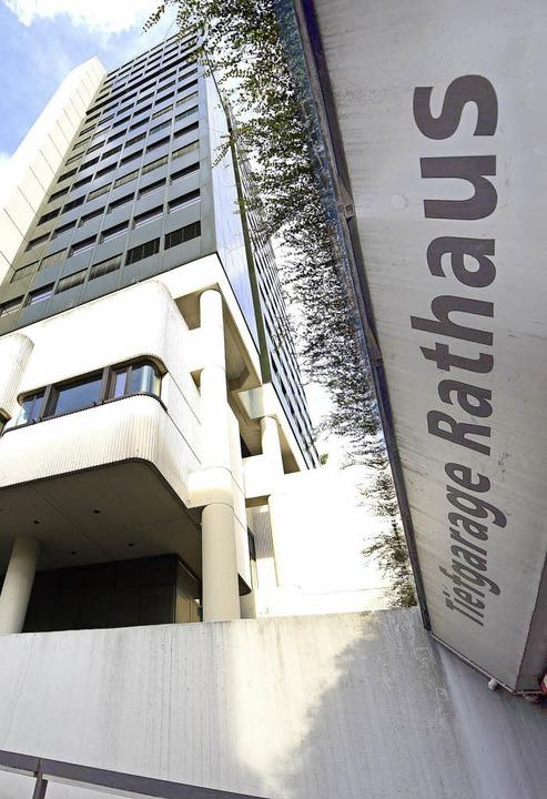 Fassade und Tiefgarage des Rathauses  müssen erneuert werden.   | Foto: Hirt