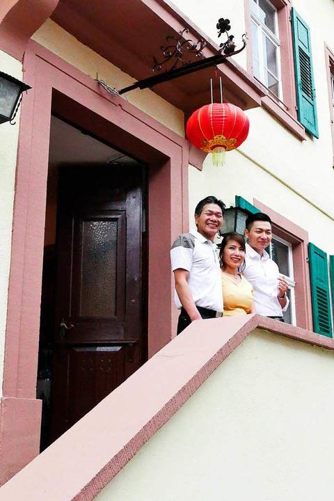 Quang Chien Huang (links), seine Frau ... Jahr Umbaupause heute wieder öffnet.   | Foto: SENF