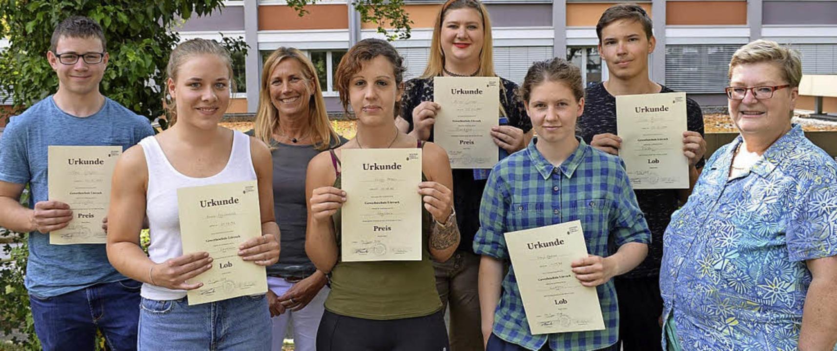 <BZ-FotoAnlauf>Gewerbeschule:</BZ-Foto...lussjahrgangs bei den Nahrungsberufen   | Foto: Schule