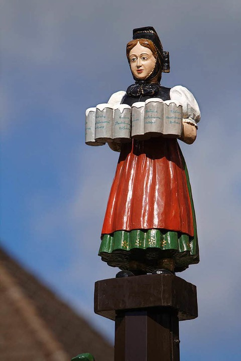 Biergit, eine Hochschwarzwälderin in Tracht,  wirbt  vor dem Rothaus-Gasthaus.  | Foto: Patrik Müller