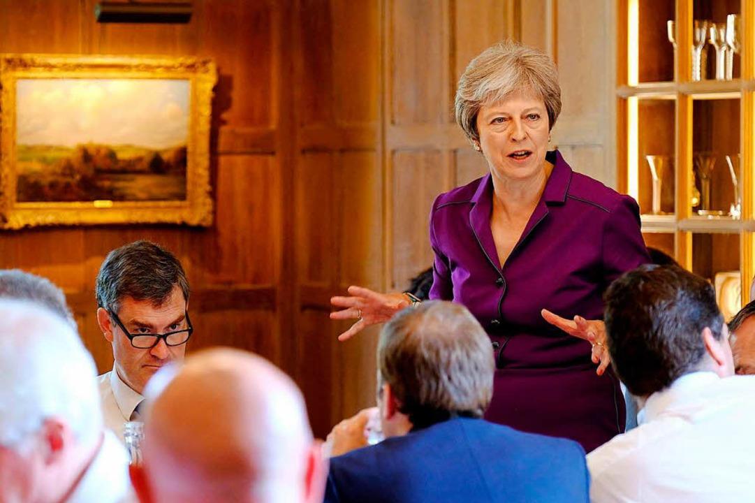 Die britische Premierministerin Theres...n Kabinetts auf dem Landsitz Chequers.  | Foto: dpa