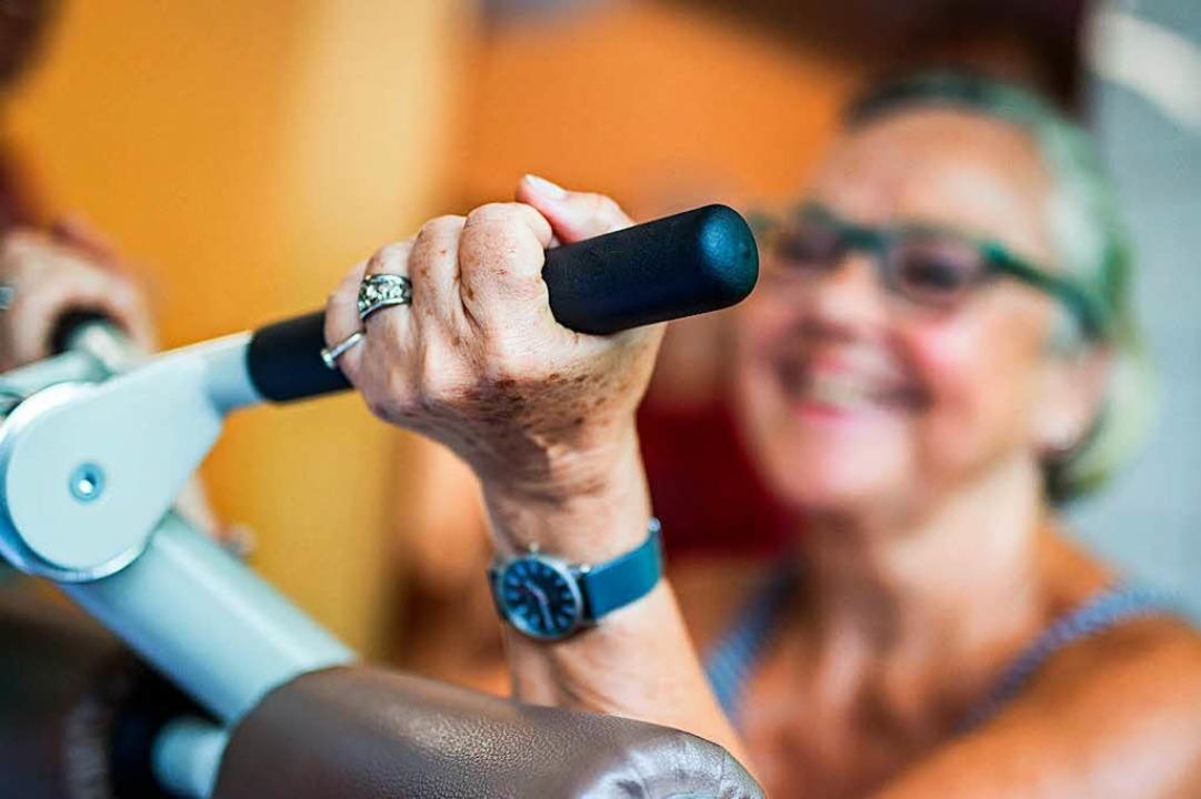 Immer öfter in deutschen  Fitnessstudi...: die Generation der über 60-Jährigen.  | Foto: dpa
