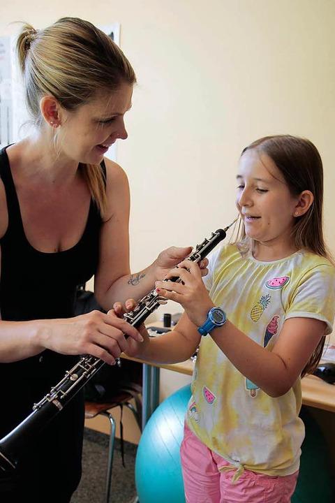 Erste Schritte mit dem Instrument.    Foto: Anna Uhlmann