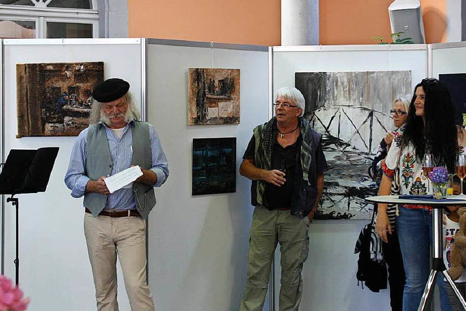 Gut besucht war die Vernissage zu den Riegeler Künstlertagen am Freitag, bei der Karl-Heinz Thiel (links) einleitende Worte sprach. (Foto: Christiane Franz)