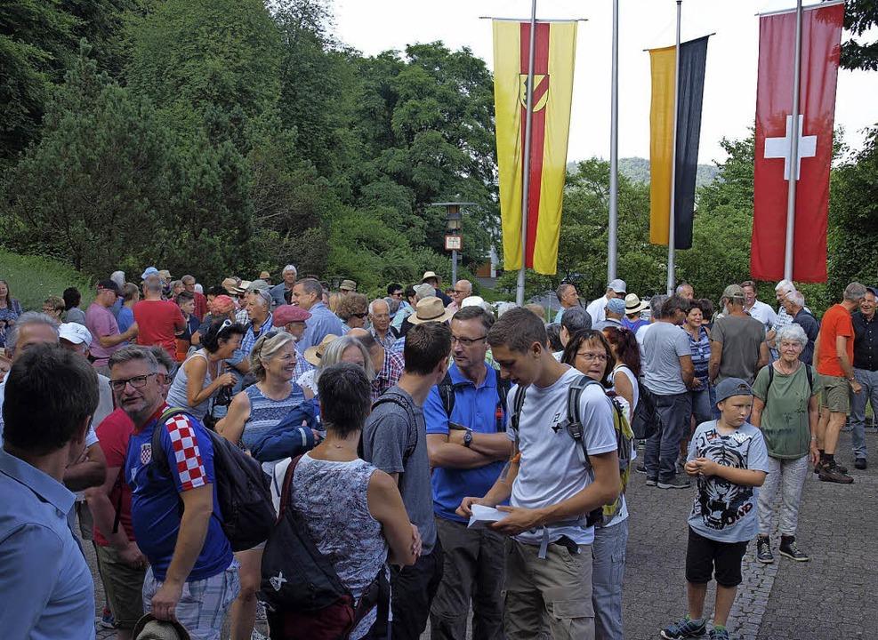 Unter den Fahnen von Inzlingen, Baden-...rstelhalle die rund 300 Bannwanderer.   | Foto: Paul Schleer