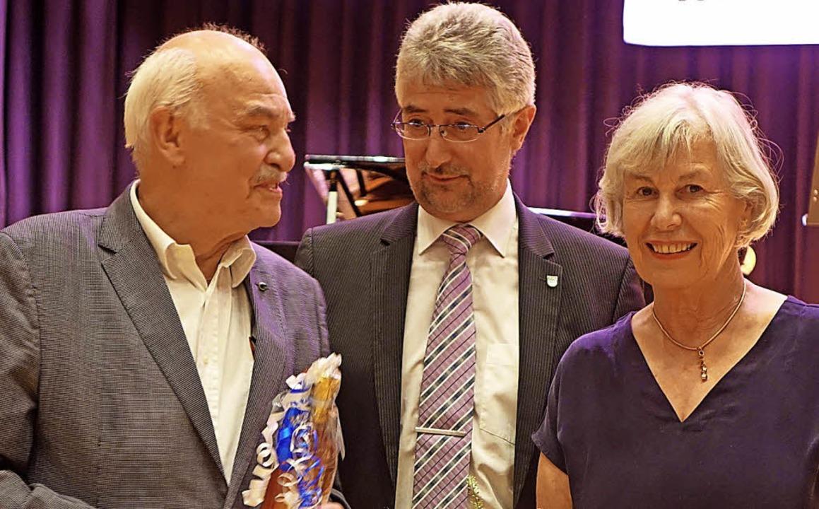 Bürgermeister Michael Thater (Mitte) d...eler Charles Brauer für ihren Einsatz.  | Foto: Roswitha Frey