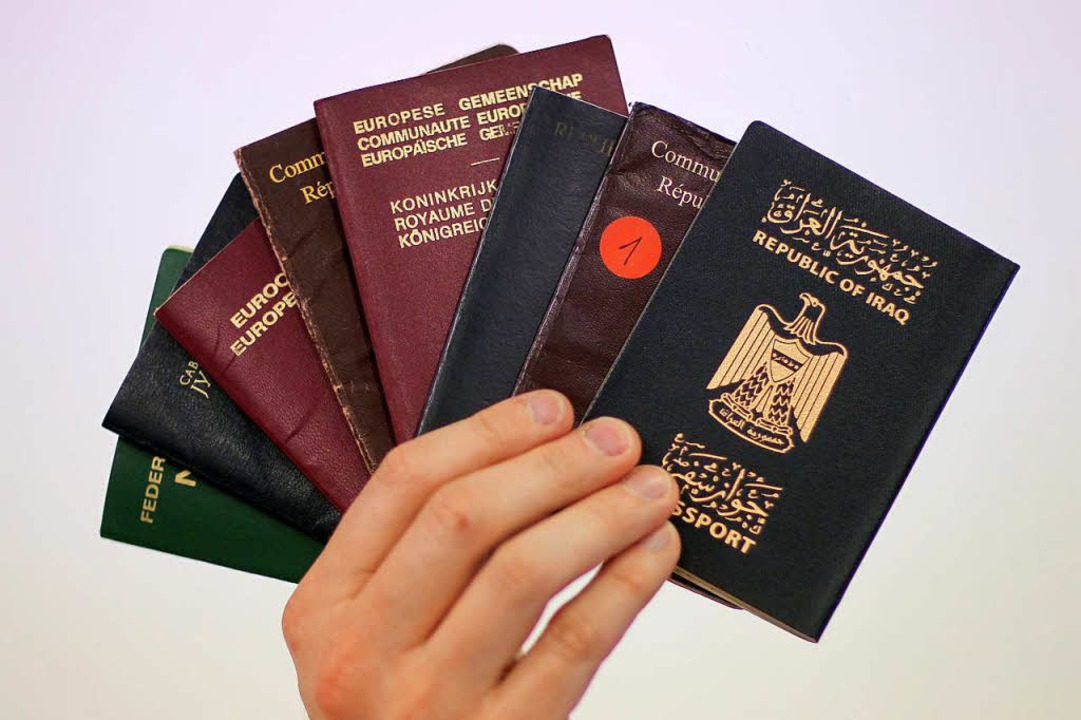 Ausweise verschiedener Nationalitäten sind zwischen 300 und 4000 Euro zu haben.  | Foto: dpa