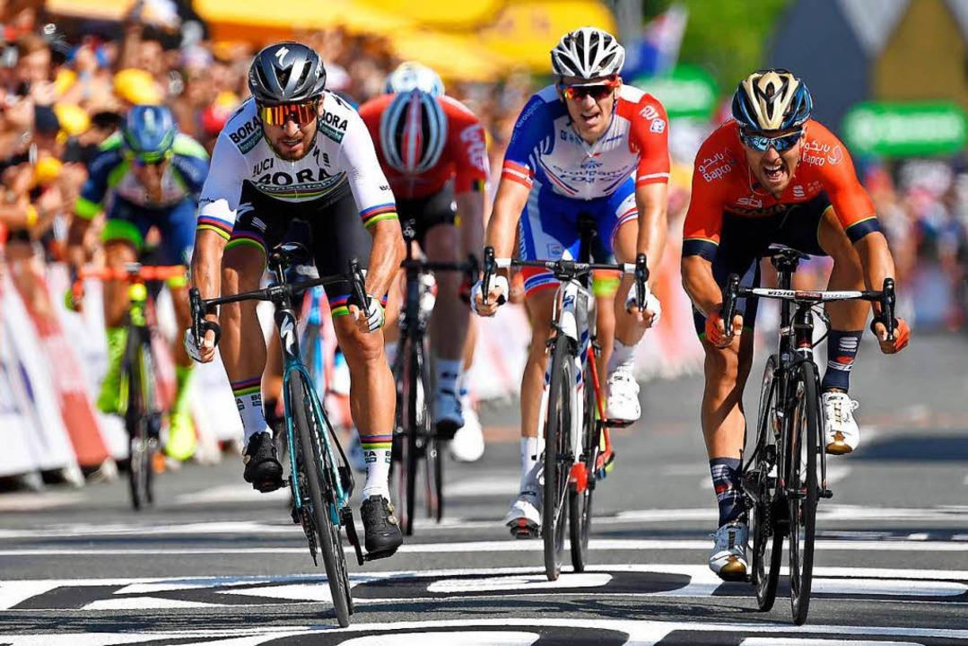 Peter Sagan (links) setzt sich unter a...ud Demare (Zweiter von rechts) durch.   | Foto: AFP