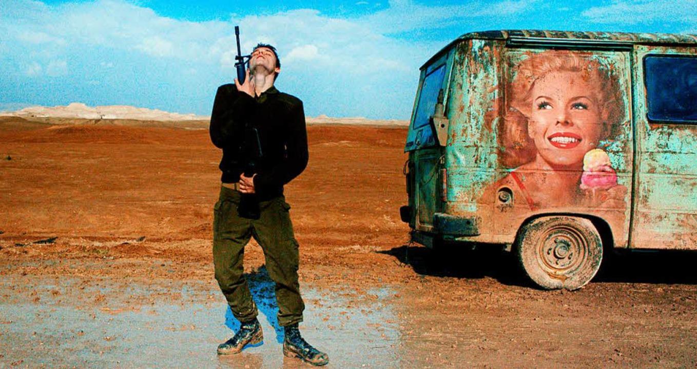 Pas de deux mit der Waffe als Partnerin, irgendwo in der israelischen Wüste   | Foto: Filmpresskit/dcm