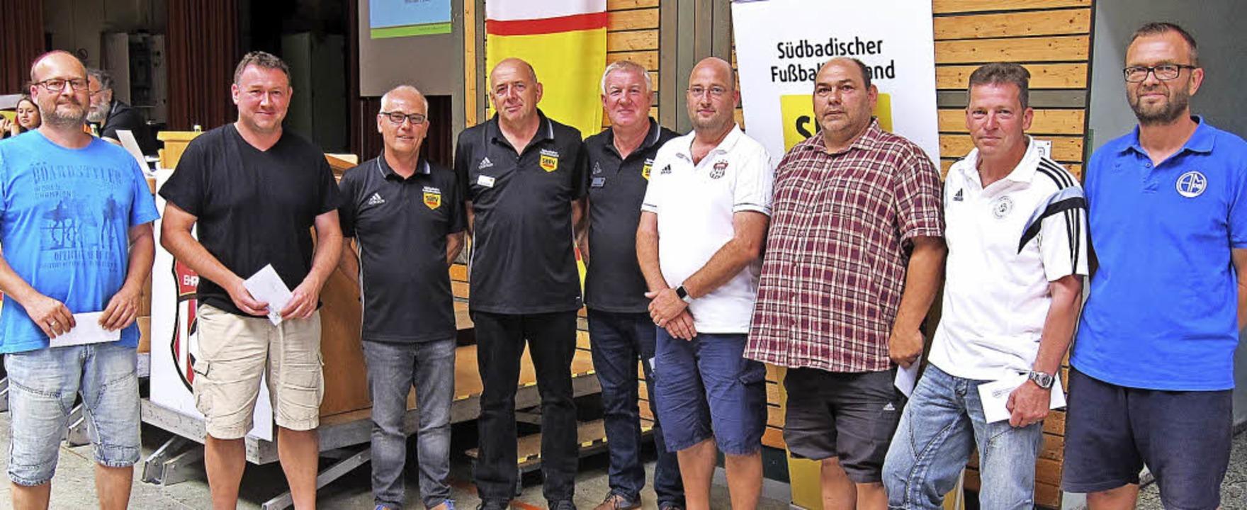 Die Vereinstreter von Ausrichtern der ...ielten beim Jugendbezirkstags Checks.     Foto: Peter Welz