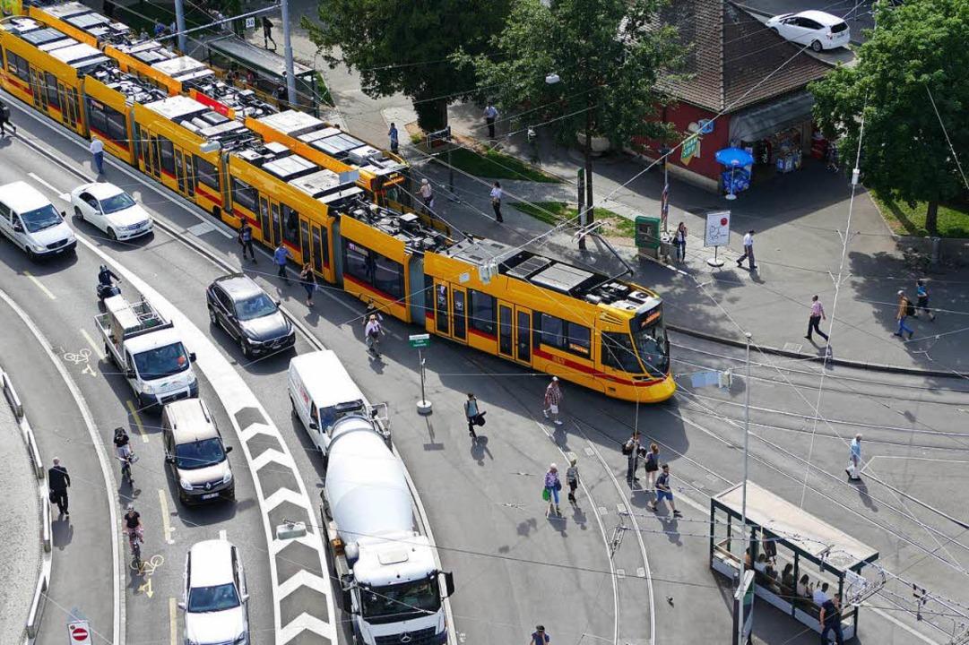 Alles andere als ein sicherer Fußweg führt über den Aeschenplatz in Basel.   | Foto: Kathrin Ganter