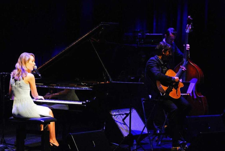 Swing, Bossa Nova und schöne Melodien spielte Sarah McKenzie mit ihrer Band.  | Foto: Thomas Loisl Mink