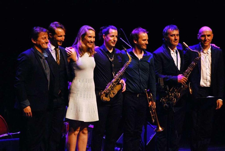 Sechs Musiker und der Star: Sarah McKenzie und Band.  | Foto: Thomas Loisl Mink