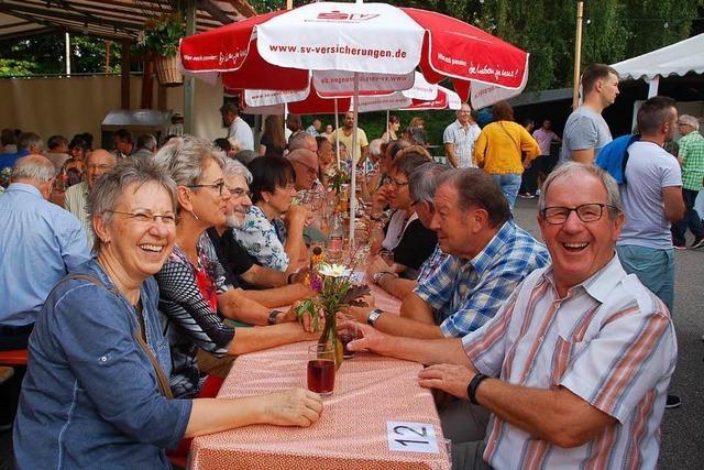Ganz Minseln feiert in der Budenstadt beim Dorffest