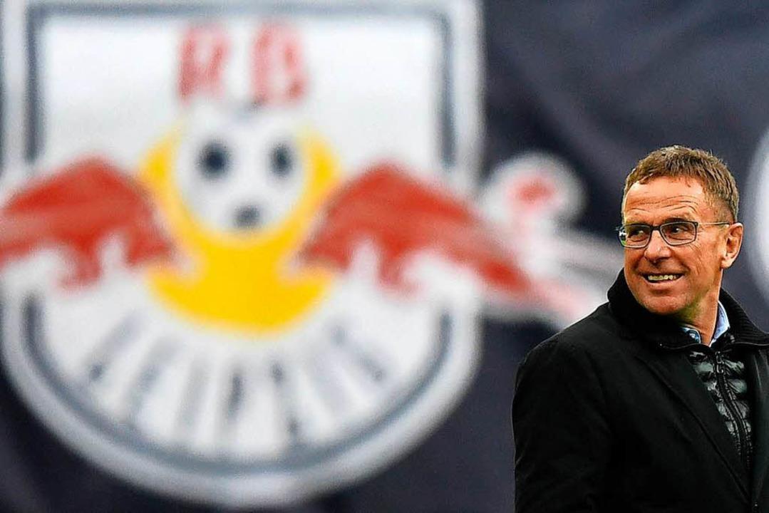 RB Leipzig Sportdirektor Ralf Rangnick...ben dem Logo des Vereins. (Archivbild)  | Foto: dpa