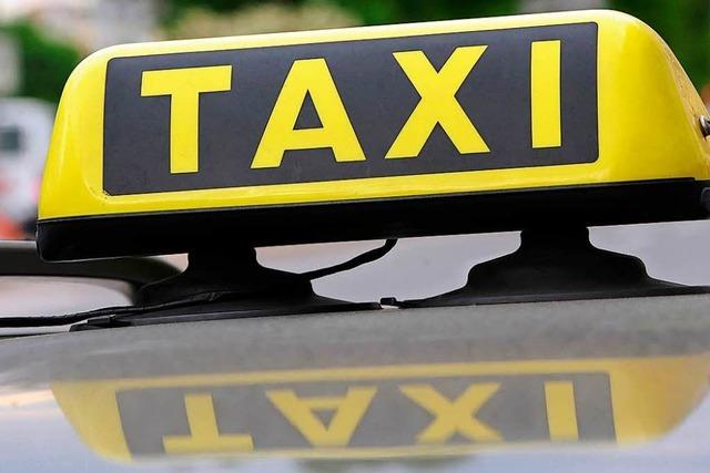 Polizei hilft Taxifahrer in Not