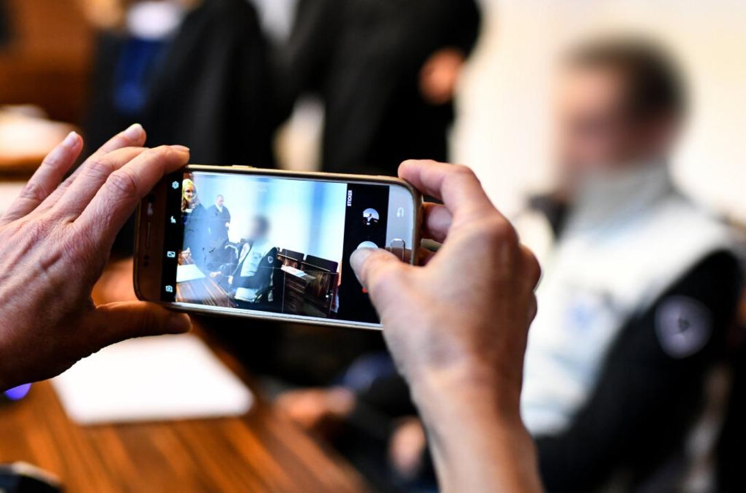 Vor Gericht werden Chatprotokolle von Christian L. und Berrin T. verlesen.  | Foto: dpa