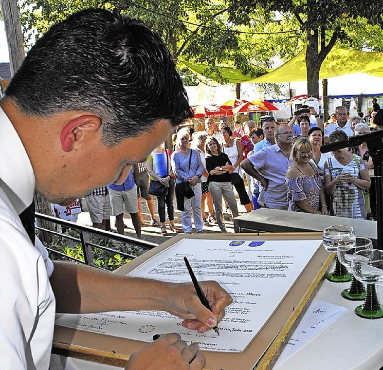 Bürgermeister Stefan Ostermaier bekräf...aftsurkunde von 1993 erneut signieren.  | Foto: Susanne Müller