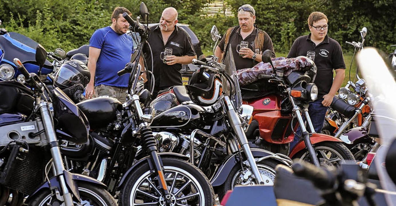 Die Motorräder wurden genau inspiziert.    Foto: Sandra Decoux-Kone