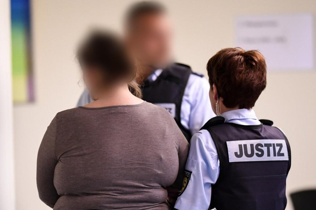 Berrin T. wird am ersten Prozesstag von Justizbeamten weggeführt.  | Foto: dpa
