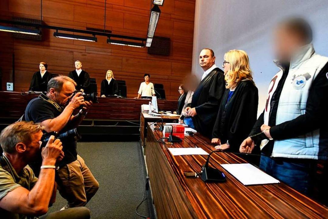Der wegen Kindesmissbrauchs angeklagte...er Martina Nägele und Matthias Wagner.  | Foto: dpa