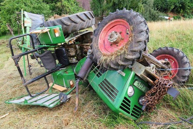 Traktor überschlägt sich beim Heuen in Leibstadt – Fahrer schwer verletzt