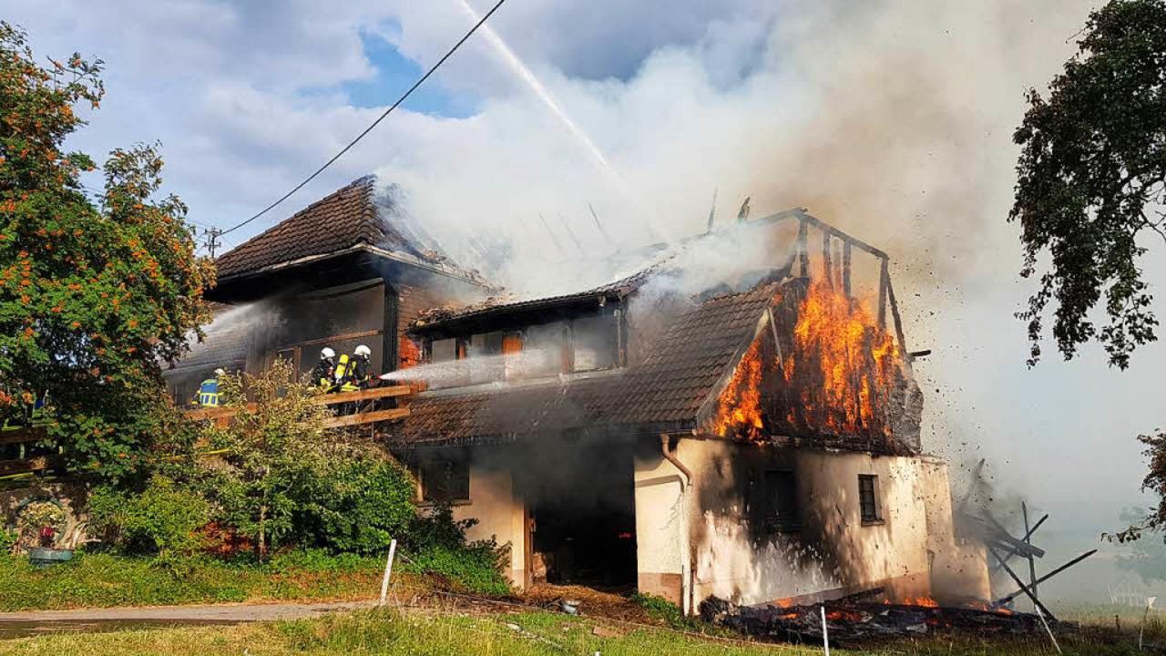 Circa 150 Einsatzkräfte verschiedener Feuerwehren waren laut Polizei im Einsatz.  | Foto: kamera24.tv