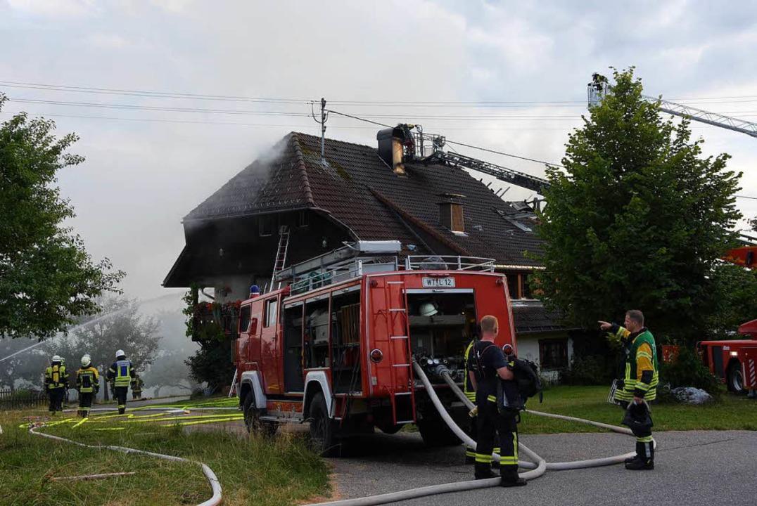 Circa 150 Einsatzkräfte verschiedener Feuerwehren waren laut Polizei im Einsatz.  | Foto: Stefan Pichler