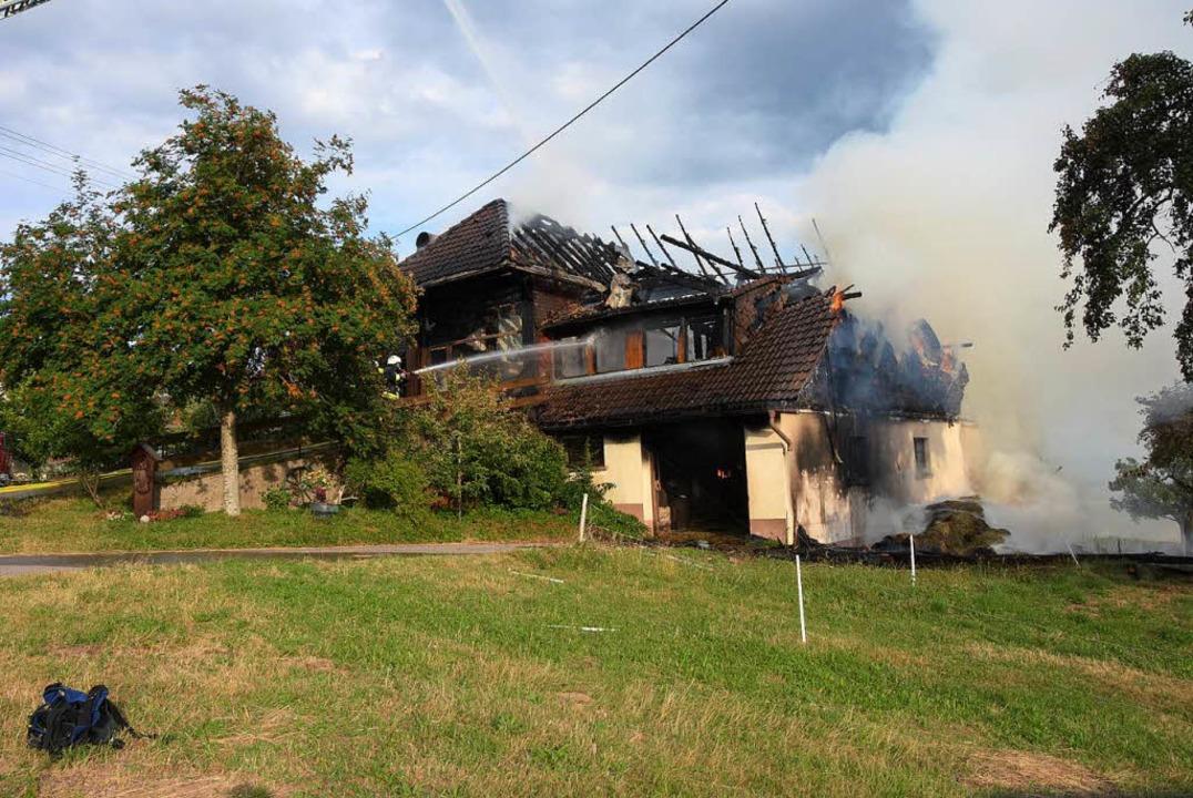 Der Ökonomieteil des Bauernhofes brann...ädigt und ist derzeit nicht bewohnbar.  | Foto: Stefan Pichler