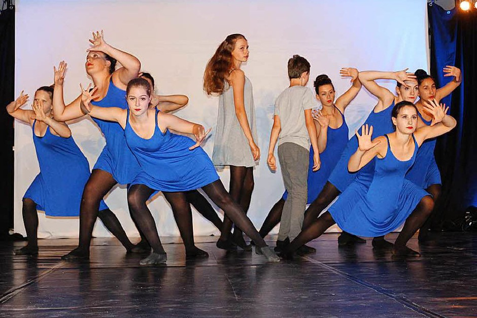 """Auch der Tanz von """"No Limits"""" passte hervorragend zum Thema Heimat, nach der Flucht sie wieder zu finden und neue Menschen zu finden zum Weiterleben das wurde tänzerisch aufgezeigt zum Stück """"Survivor"""" (Foto: Karin Heiß)"""