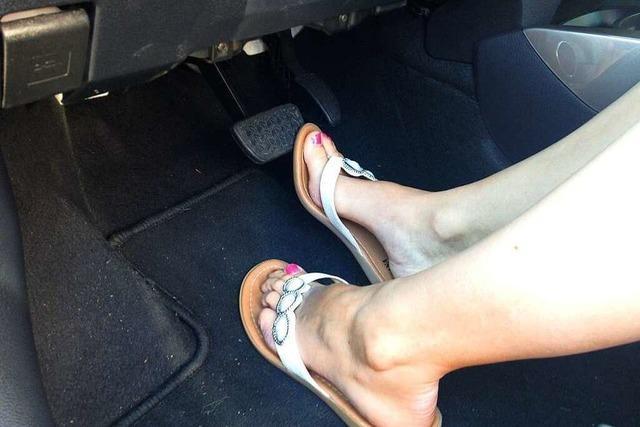 Darf man mit Sandalen oder barfuß Auto fahren?