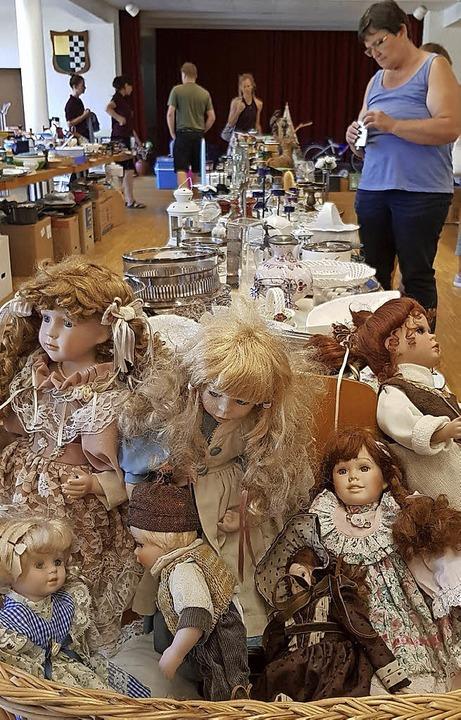 Puppen gab es beim Flohmarkt im Kirchensaal.     Foto: Steckmeister