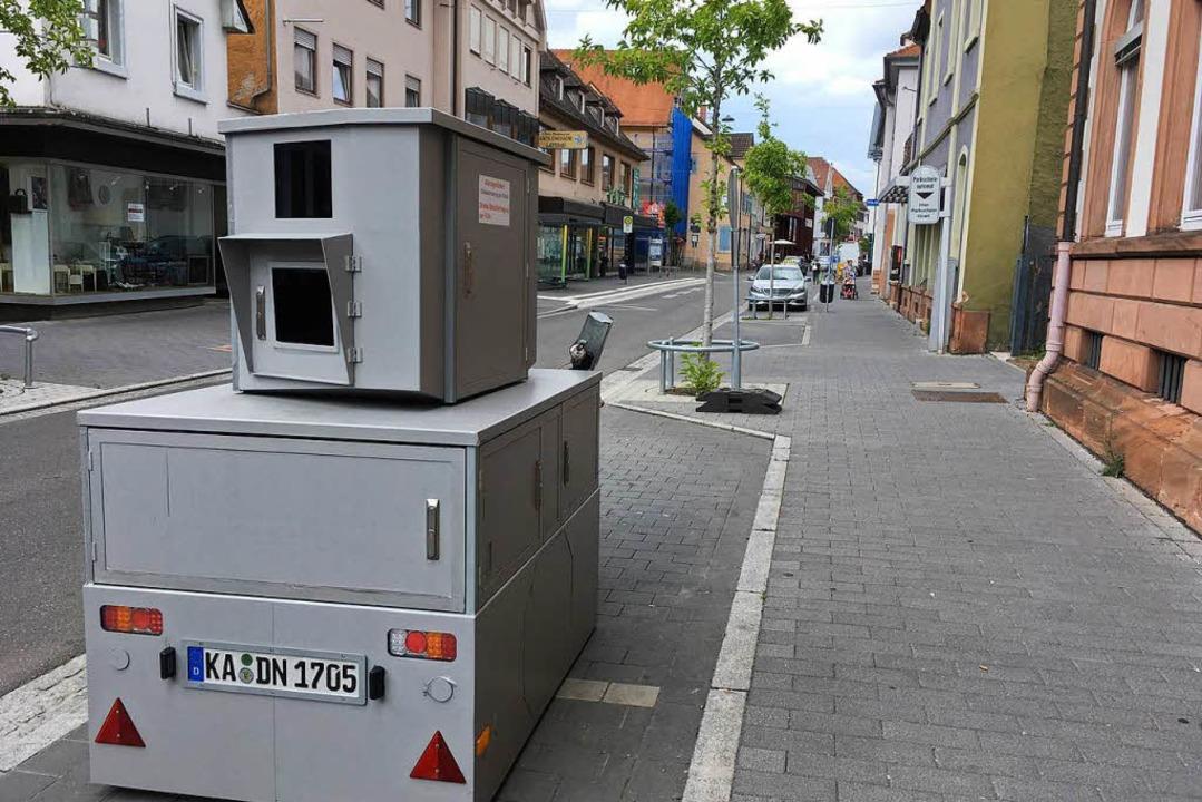 Der mobile Blitzer in der Friedrichstr...kt das stationäre Duo am Urteilsplatz.  | Foto: Mark Alexander